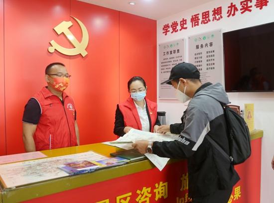 吴俞萍(右)为游客介绍景点。图片来源:红网时刻.jpg