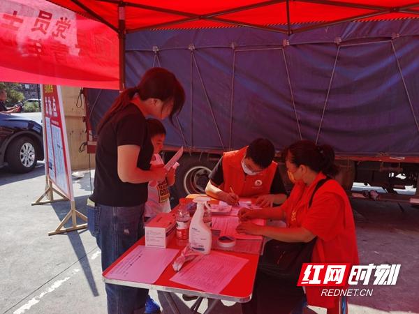 凤凰青年志愿者为游客发放免费优惠券.png