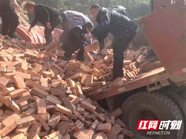 货车司机被困 新邵交警消防医护联合救援.jpg