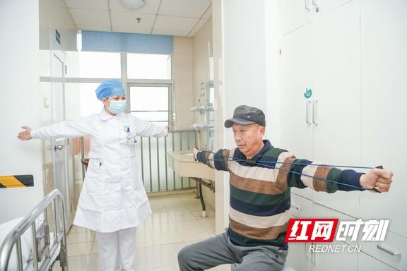 守护老年人健康,长沙市第三医院老年病科护士用语言加上手势引导,指导患者正确做肺功能的吸气以及呼气肌力的测定、做呼吸操,积极开展肺康复训练。