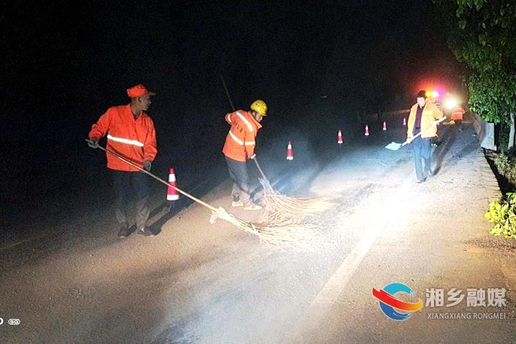 交通运输局:紧急处置路面污染 消除安全隐患