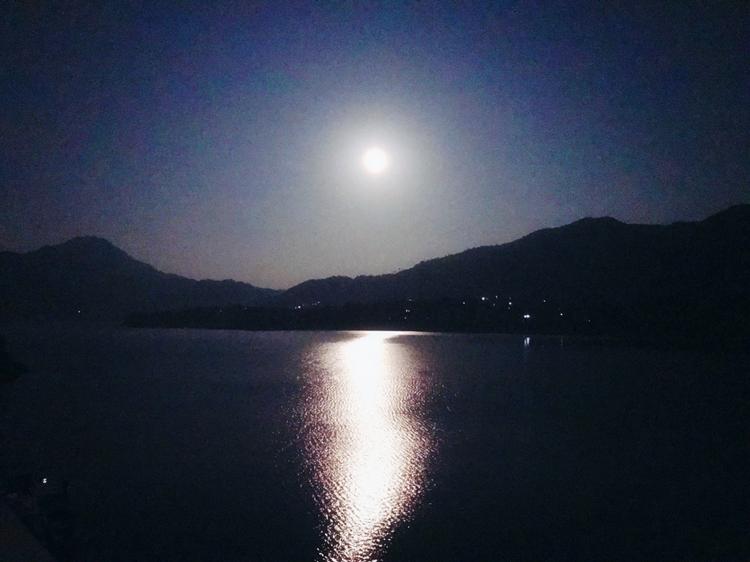 醉后不知天在水,滿船清夢壓星河。 魚米之鄉的春江花月夜,月亮白,南風清,燈火明。