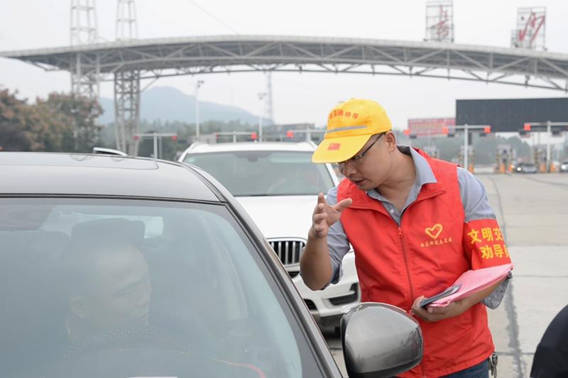 3、高速驿站志愿者向往来旅客提供志愿服务。黄荣佳 摄.png