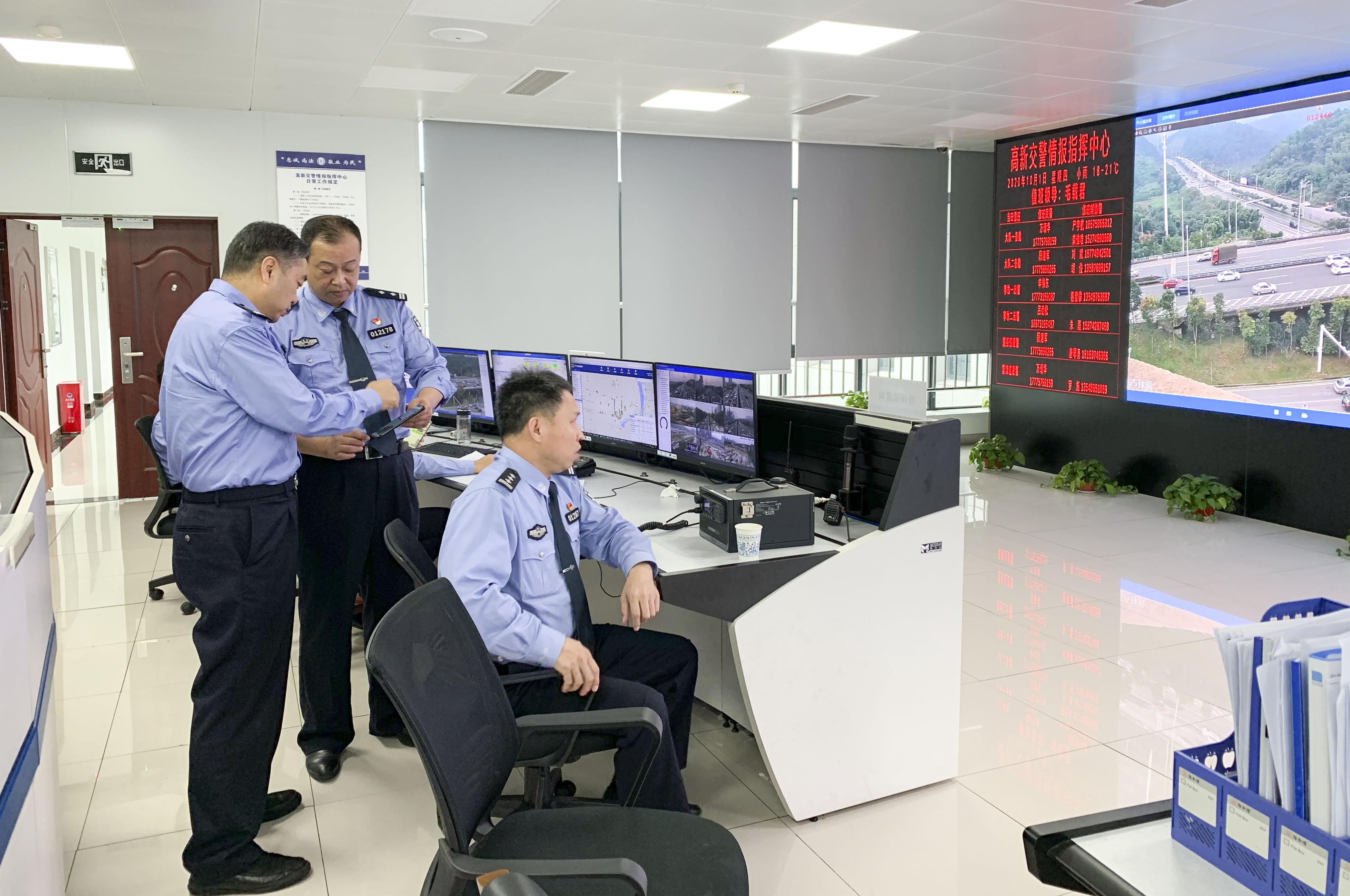 4、在高新区交警大队风控中心,高新交警对交通动向进行实时监控。柯鸣 摄.jpg