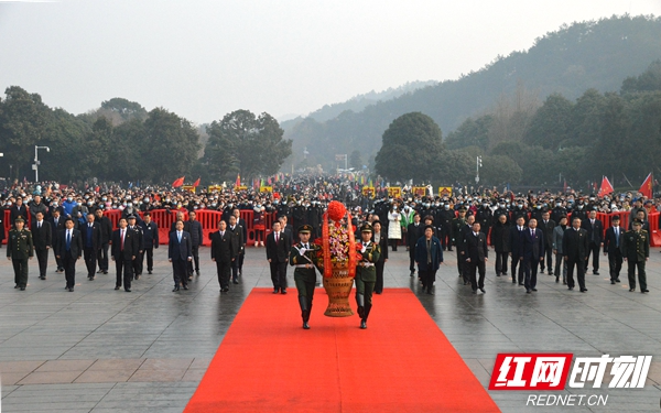湘潭市举行向毛泽东同志铜像敬献花篮仪式