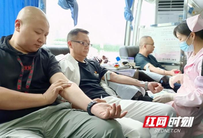 一滴血万份情,无偿献血最光荣  怀化市人防办组织义务献血
