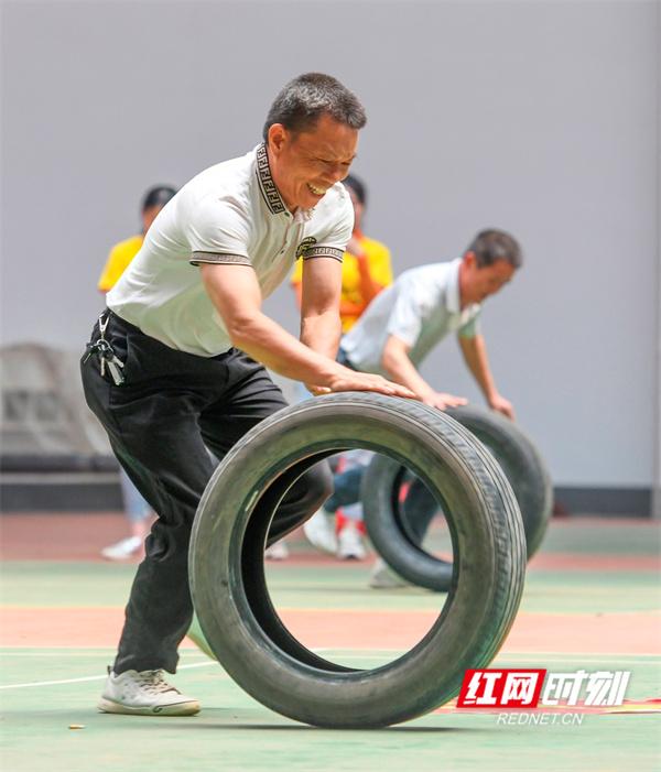 红网时刻永州5月22日讯(通讯员 蒋克青 周琳)5月22日,湖南省永州市道县文体公园训练馆,社区居民在参加趣味运动项目。
