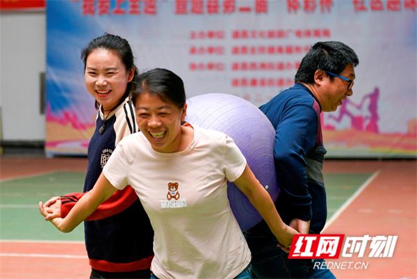市民在参加趣味运动。