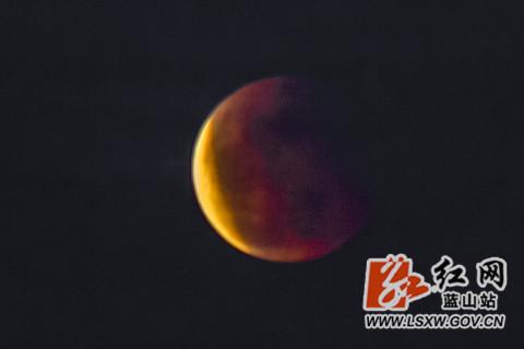 在月食发生过程中,地球会阻拦太阳投射到月亮表面的光线,此时就形成了月食,按理说月食应该是黑色的,但奇特的是地球有着厚厚的大气层,并且浓厚的大气层会吸收紫、蓝、绿、黄光等,只留下红色光子可以穿透大气层,这些红色光子就会折射月球表面,此时站在地球上看月食,就会看到红色的月亮,也就是血月。