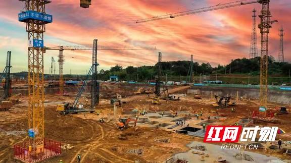 截至6月底,望城经开区已有5g智能终端产业园等52个新建项目实现开工,开工率达到65.8%。.marked.jpg