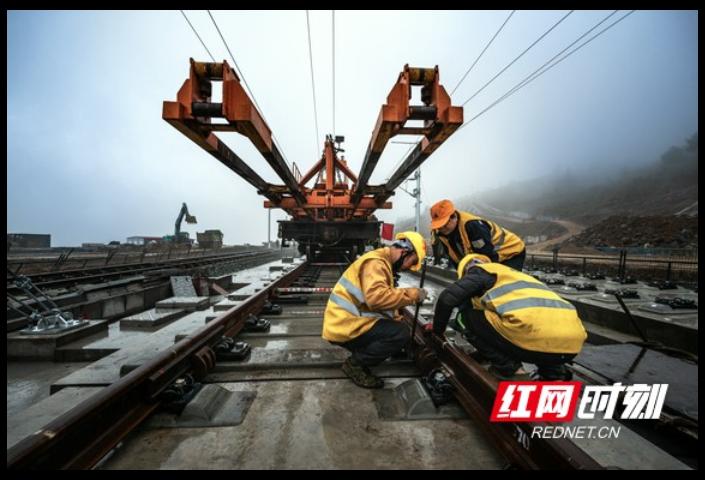 组图丨张吉怀铁路永顺段轨道铺设全面完成