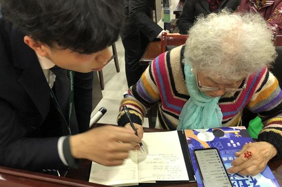"""""""智慧生活"""" 公益课堂教老年人玩转手机"""