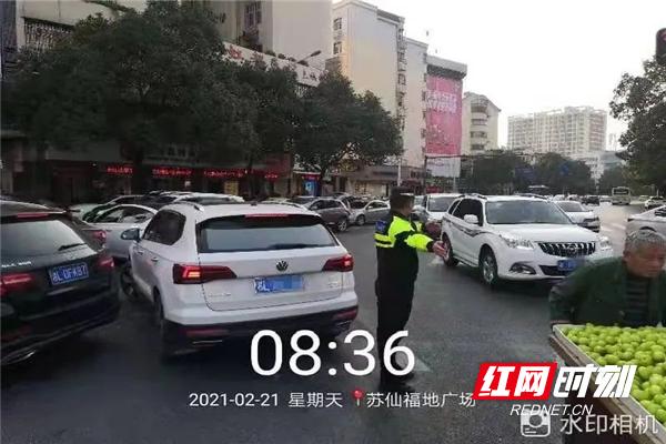 郴州公安交警铁骑出动 目标直指道路上乱停放的车辆
