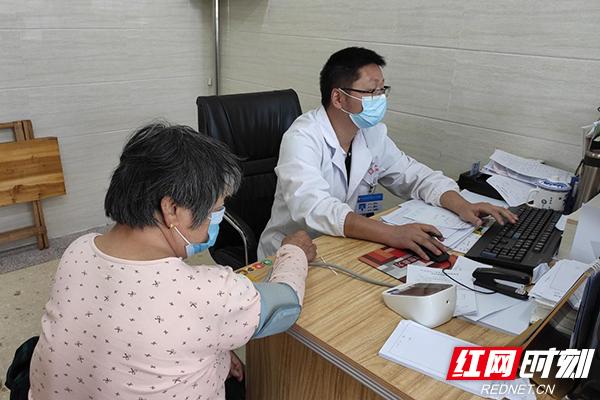 """罗院长为高血压患者进行""""两病""""申请.jpg"""