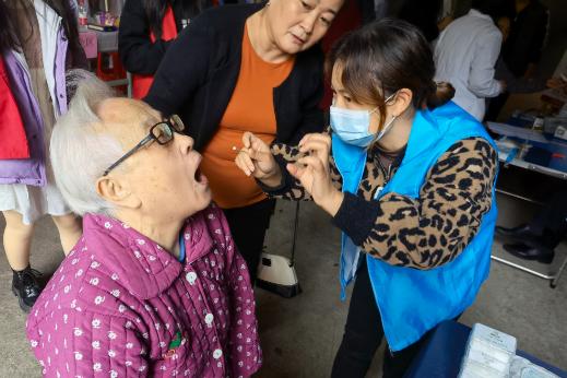 """升达社区:义诊服务暖人心 """"邻里节""""上话温情"""