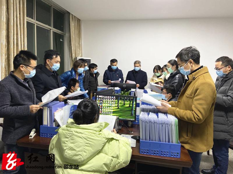 曾平(左七)组织疫情分析及趋势研判_副本.jpg