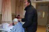 75岁爷爷为孙女编麻花辫,更让人羡慕的是…