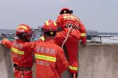 不到一米宽的楼顶外缘 湘乡消防队员飞身救下女子!