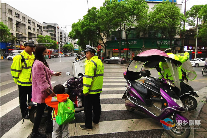 """【预防和压减道路交通事故专项整治】拆""""伞""""没商量!湘乡严查摩托车电动车加装遮阳伞"""
