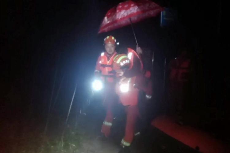 短视频 徒步2公里 湘乡消防员暴雨中背出80岁老人
