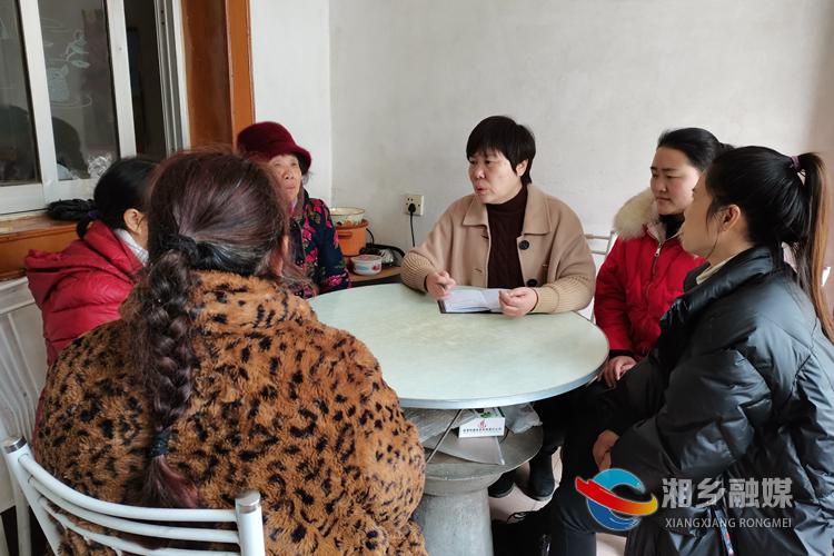张丽萍深入无线电厂小区居民家中了解民意。.jpg