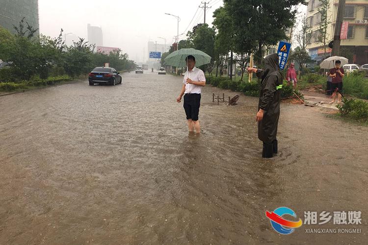 快讯:因暴雨导致大将路与红仑大道交叉处等地积水,请注意出行安全!