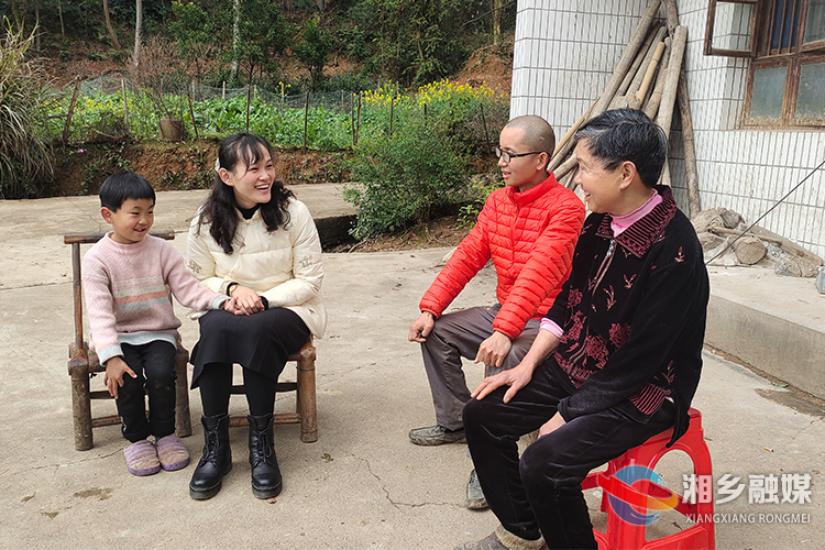 """【志愿者代表】曹颖:""""爱心妈妈""""情暖困难儿童"""