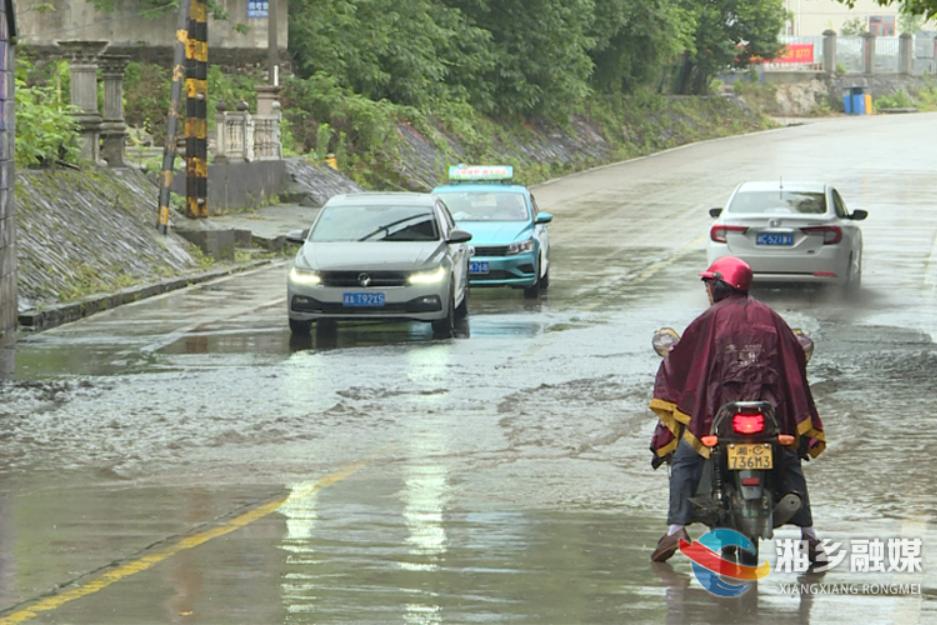 湘乡:强对流天气导致道路受阻 交通部门全力抢通保畅