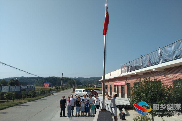【党史学习教育】[梅桥镇]升国旗 听党课 点燃少先队员爱国情