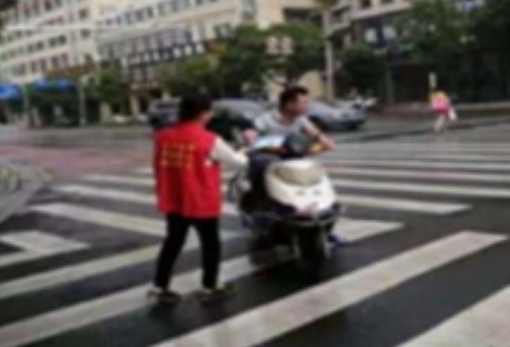 """青园""""红马甲""""提醒您:交通安全从""""头""""开始,出行请""""带""""上平安"""