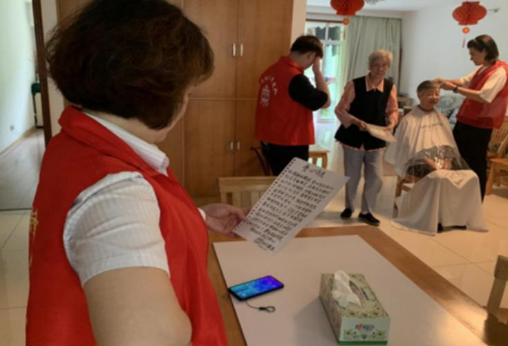 纸短情长 耄耋老人写诗点赞社区志愿服务