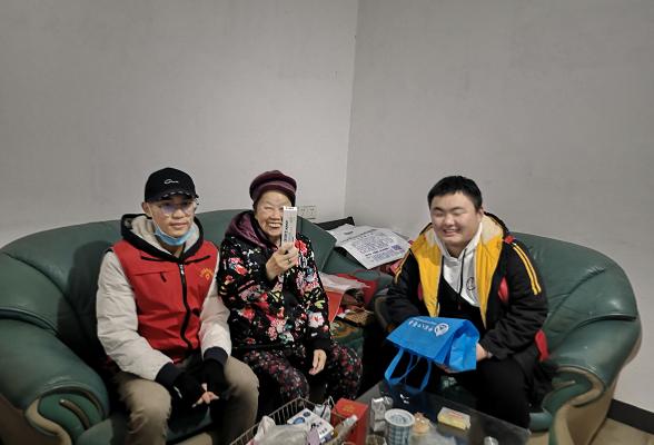 学生志愿者陪伴+帮扶  严寒天里送温暖