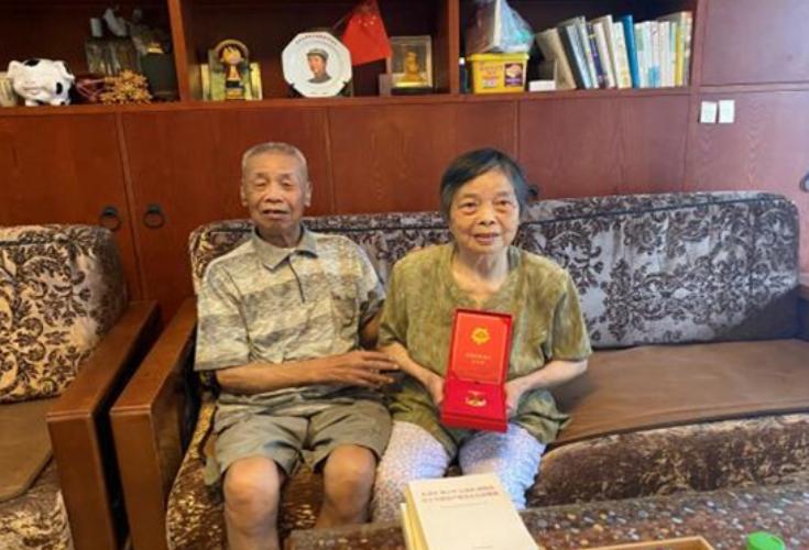 """五十年初心如磐:湘园社区为老党员上门发放""""光荣在党50年""""纪念章"""