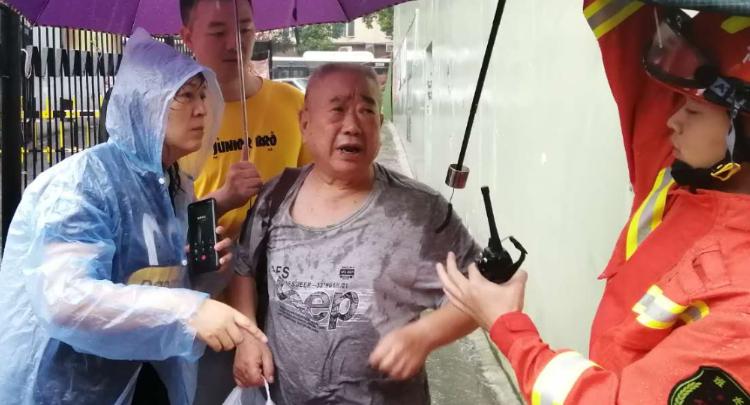 """風雨中的""""女漢子"""" 只為守護每家每戶"""