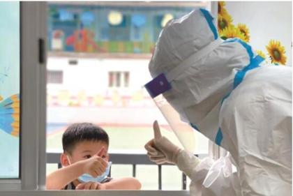 城区一核酸检测点的温情一幕 小朋友与医护人员互相点赞
