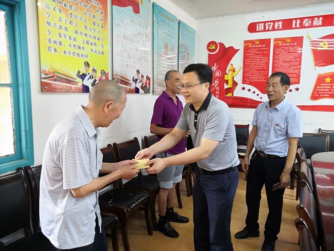 武陵源区纪委监委开展七一慰问党员活动