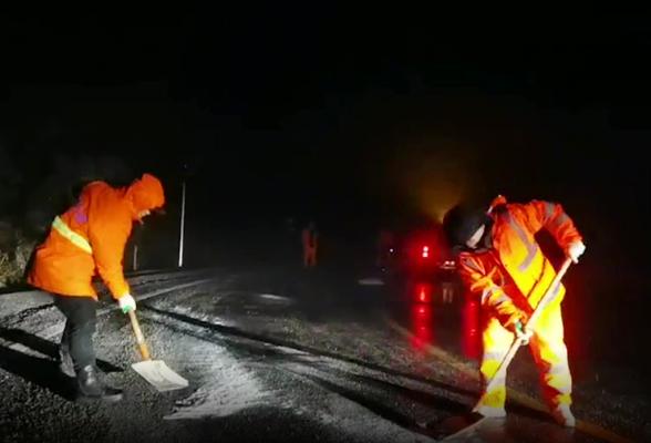资兴:山区道路结冰 深夜除冰撒盐