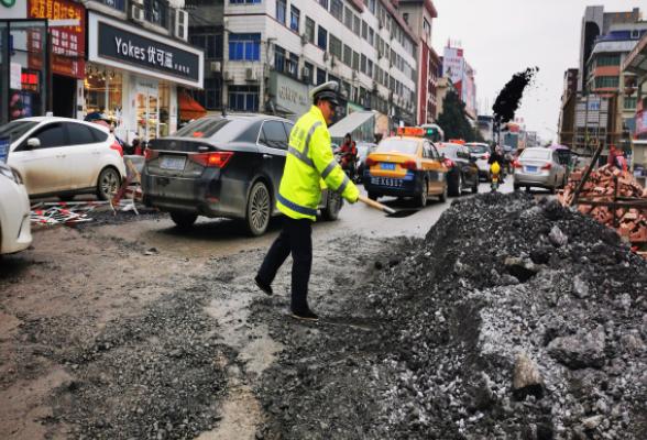 隆回交警及时清理路面障碍物消除安全隐患