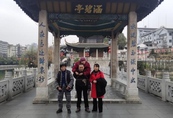 隆回孝子陈湘背81岁瘫痪母亲去贵州看风景感动全网
