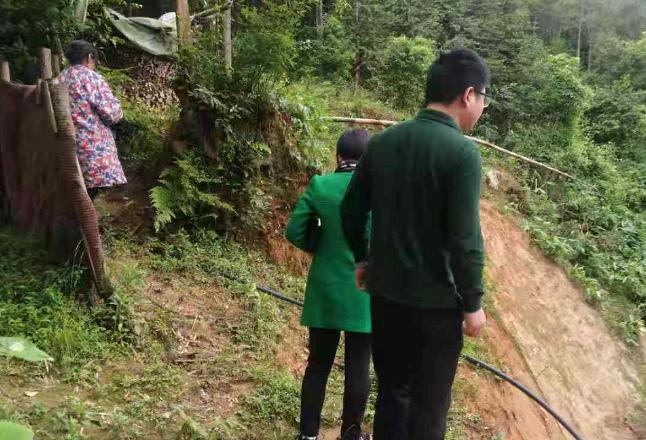 金石桥镇组织干部巡查地质灾害点