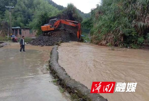 高平镇应急事务中心冒雨进行道路抢险