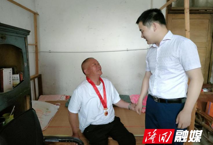 """周旺镇纪委""""七一""""走访慰问老党员"""
