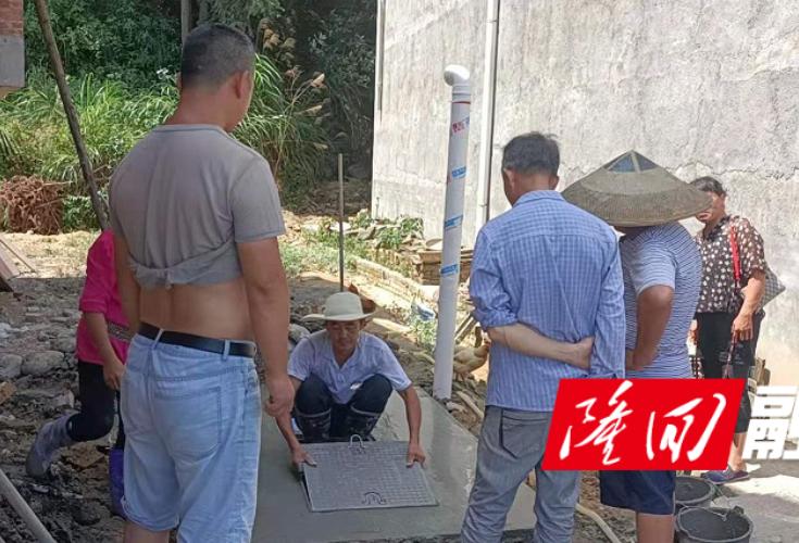 金石桥镇金南社区推进旱厕改造工作