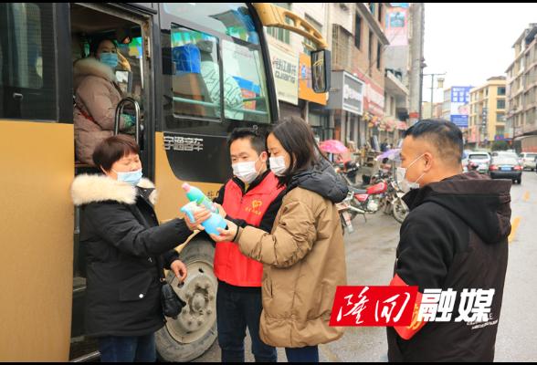 """【春运2021】司门前镇:""""小小红马甲""""点亮春运安全路"""