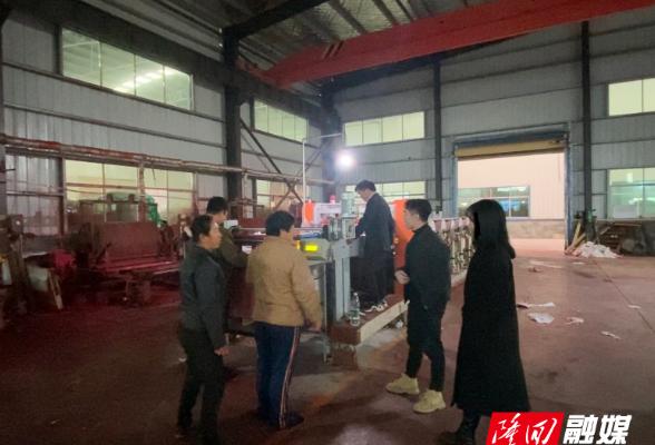 金石桥镇泉溪村组织参观县高新区企业促村民就近就业