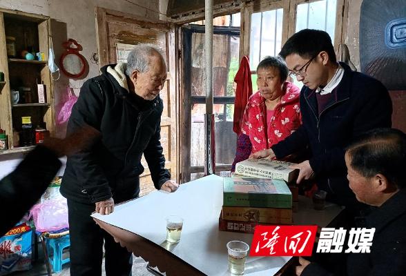 """九旬老人为金石桥镇图书馆捐赠藏书 为乡村振兴""""添砖加瓦"""""""