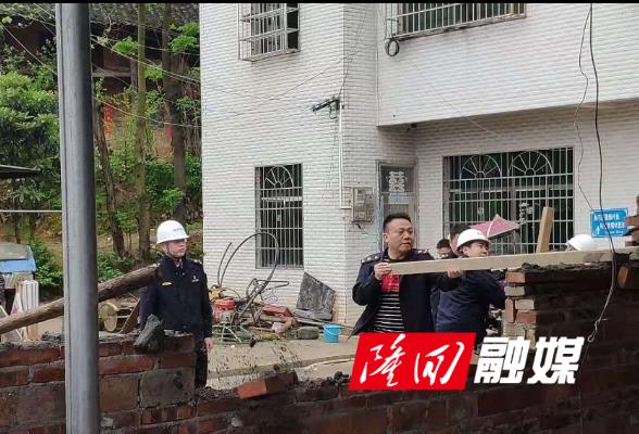 隆回:一天连拆县城规划区内3处违法建筑