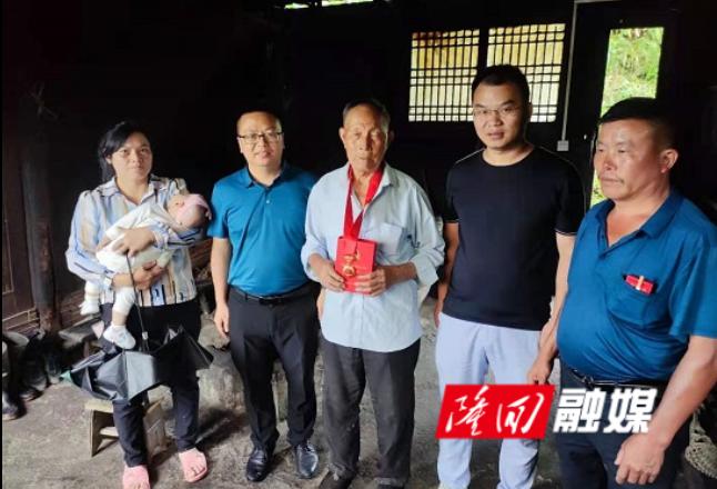 """大水田乡:""""光荣在党50年""""纪念章送到家"""