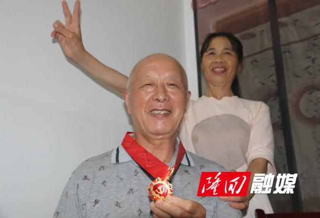 县财政局党组走访慰问老党员和生活困难党员