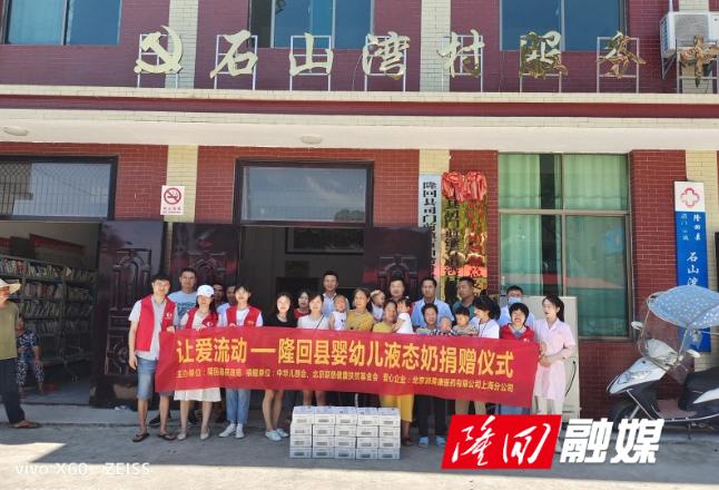 县民政局到司门前镇石山湾村开展关爱老人和婴幼儿活动